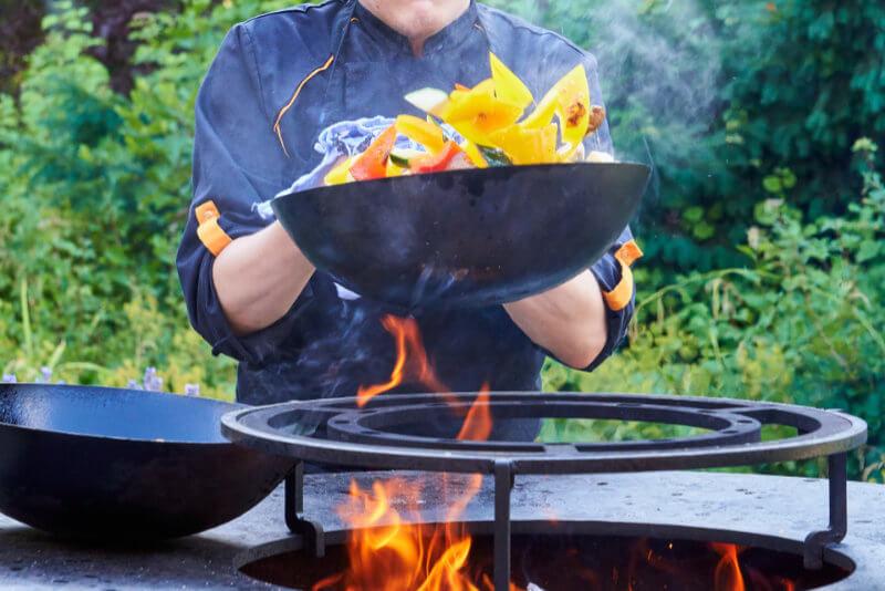 Man-använder-wokpanna